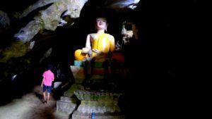 Cueva Tham Loup y el Buda de su entrada