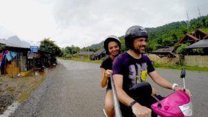 La mejor forma de recorrer Vang Vieng es en moto