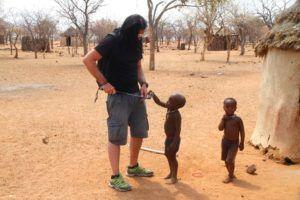 Los niños Himba se lo pasan en grande con los visitantes