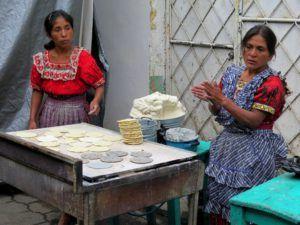 Puesto de tortillas de maíz blanco y negro