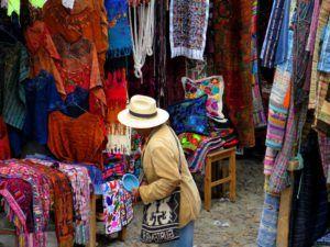 Puestos dentro del mercado de Chichicastenango, Guatemala
