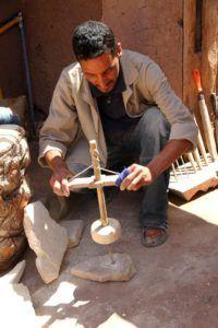 Taller de artesanía en el zoco de Ouarzazate, Marruecos