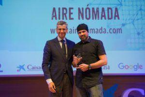 Jesús José Obón recibe el premio de manos de Mikel Iturbe, director de HERALDO DE ARAGÓN
