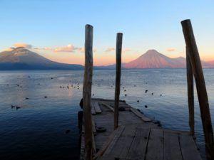 Lago Atitlan y el Volcan de San Pedro, Guatemala