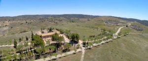 Vista del Centro de Interpretación y al fondo las ruinas de Segóbriga, Cuenca