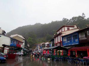 Las calles de Tazones, llenas de restaurantes y sidrerias