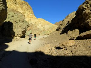 Sedientos nómadas recorren el Golden Canyon, Death Valley
