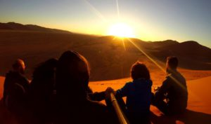 Ver amanecer desde lo alto de la Duna 45 del Desierto de Namibia