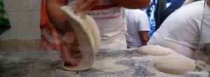 Pizzaiuoli trabajando la masa