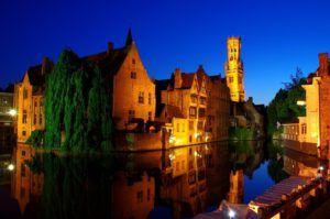 Brujas, los canales y de fondo la torre Belfort