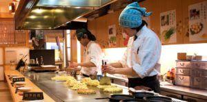 Cocineros preparando Okonomiyaki