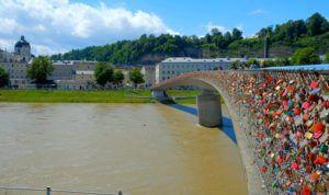 Puente Makartsteg sobre el río Salzach, Salzburgo, Austria