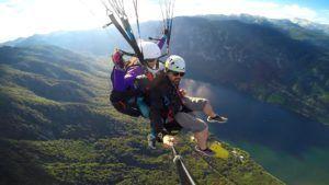 Nómada haciendo parapente por los aires del Lago Bohinj