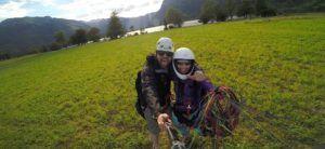 Nómada y profesora de parapente en las orillas del Lago Bohinj