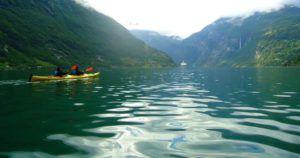 Nómadas haciendo Kayak en Fiordo Geiranger