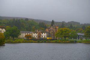 Castillo de Lennox desde las agua del Lago Lomond
