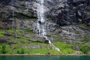 Cataratas y saltos de agua del Vistas del Fiordo Geiranger, el más bonito de Noruega