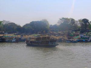 Barco que lleva a Mingun