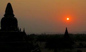 El atardecer en lo más alto de un templo de Bagan