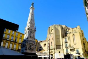 Piazza San Domenico Maggiore, Nápoles, Italia