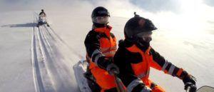En motos de nieve por Myrdalsjokull, Islandia
