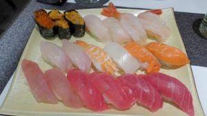 Saborear un exquisito sushi en el Mercado del Pescado Tsukiji