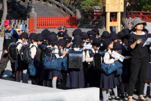 Grupo de niños van a visitar el Tsurugaoka Hachimangu