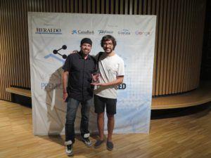 Anto Moreno y Jesús Jose Obón posan con el galardon que otorga el Premio del Público