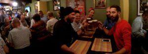 Nómadas disfrutando de una cerveza Windhoek lager