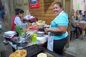 La pupuseria Lupita y su jefa, cocinera y camarera