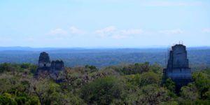 Vista de los Templos I y II desde lo alto del Templo IV en Tikal, Guatemala