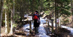 Nómada papa y nómada pequeñaja de camino al Lake Louise