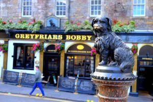 Escultura en recuerdo de Bobby