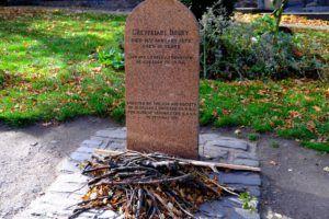 Placa en honor a Bobby dentro del Cementerio de Greyfriars