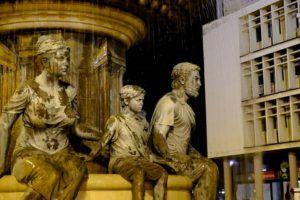 Skopie esta repleto de esculturas