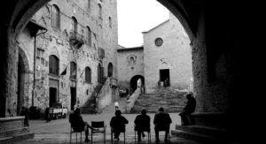 Lugareños charlan en frente de la Colegiata de Santa María Assunta