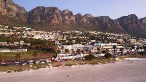Camps Bay Beach a vista de Dron, Península del Cabo, Sudáfrica
