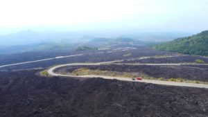 Carreterera de acceso al Volcán Etna a vista de Dron