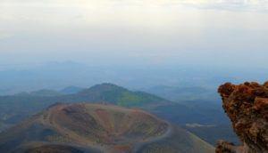 Vistas desde el Cráter Silvestri superior del Etna en Sicilia