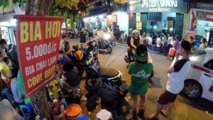 En Hanoi tomando una Bia Hoi, Vietnam