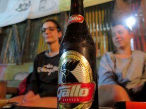 Nómadas tomando una cerveza Gallo de Guatemala