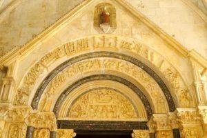 Portico de la Catedral de San Lorenzo de Trogir, Croacia
