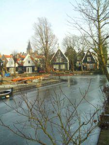 Casas y canales típicos de Edam, Holanda