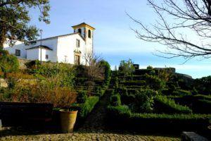 Iglesia de Santa María y sus jardines