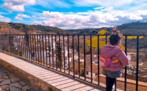 Pequeña nómada mirando la Alcarria Madrileña